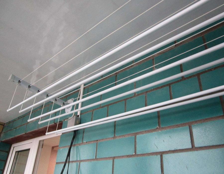 Настенное крепление балконной сушилки