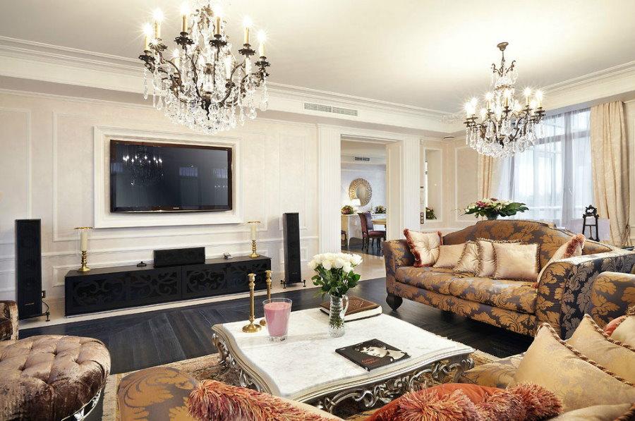 Яркое освещение в гостиной с двумя люстрами