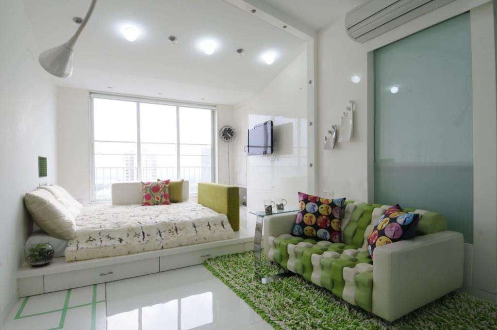 Яркое освещение спальни-гостиной в современном стиле