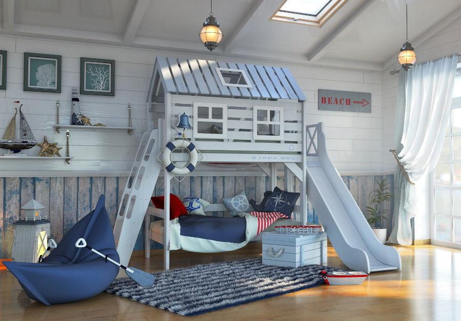Деревянная кровать в виде игрового домика