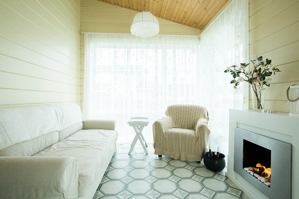 Маленькая гостиная с плиткой на полу