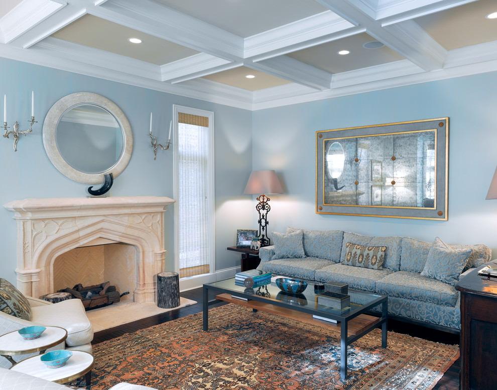 Кессонный потолок в гостиной с голубыми стенами