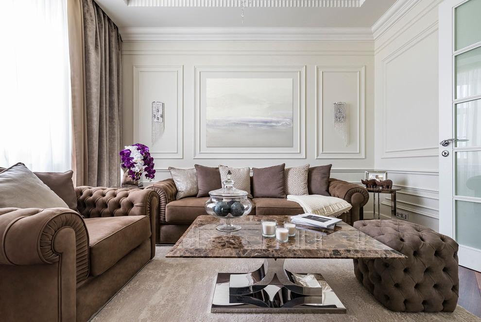 Коричневая мебель в квадратной гостиной