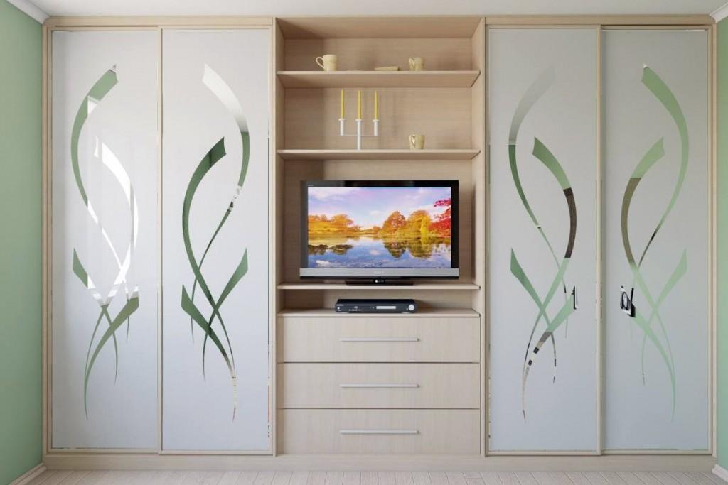 Светлый шкаф-купе с местом для телевизора