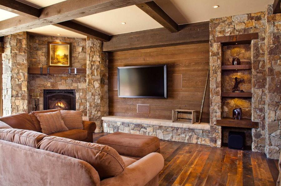 Интерьер гостиной в деревенском доме с ламинатом на стене