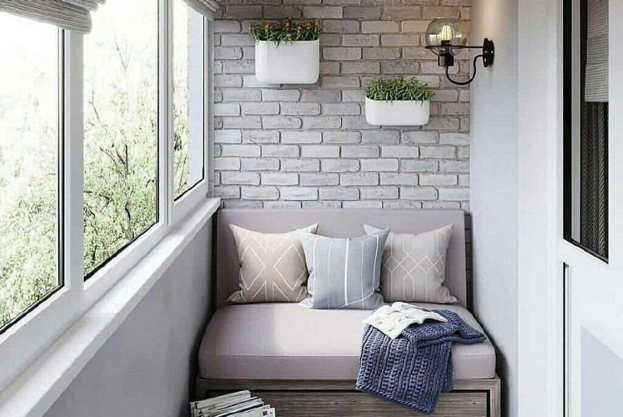 Узкий диванчик на балконе с теплым остеклением