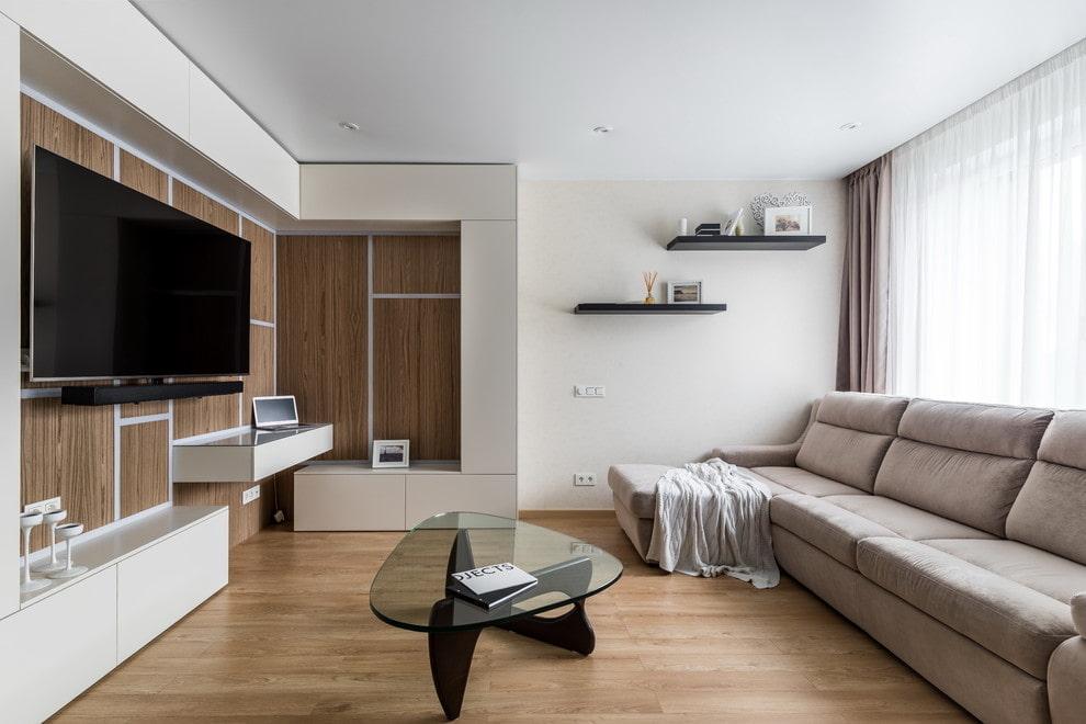 Тонкие навесные полочки на белой стене гостиной комнаты