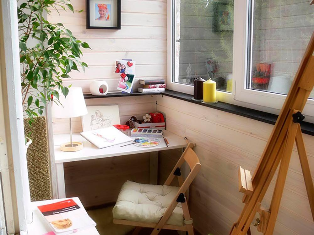 Творческая мастерская на балконе с остеклением