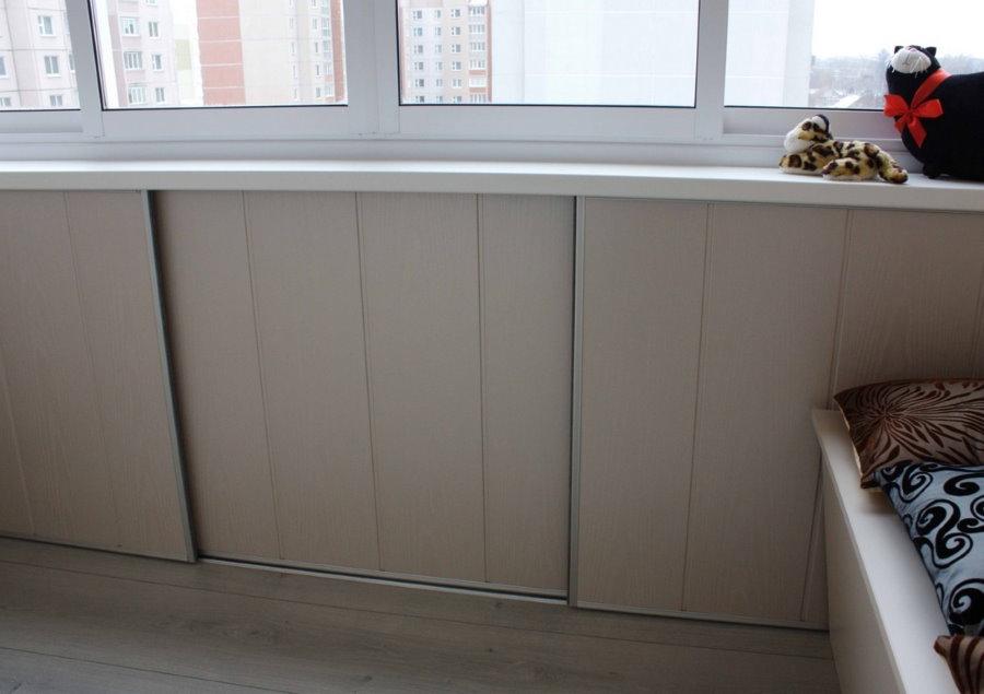 Узкие шкафы напротив балконной дери