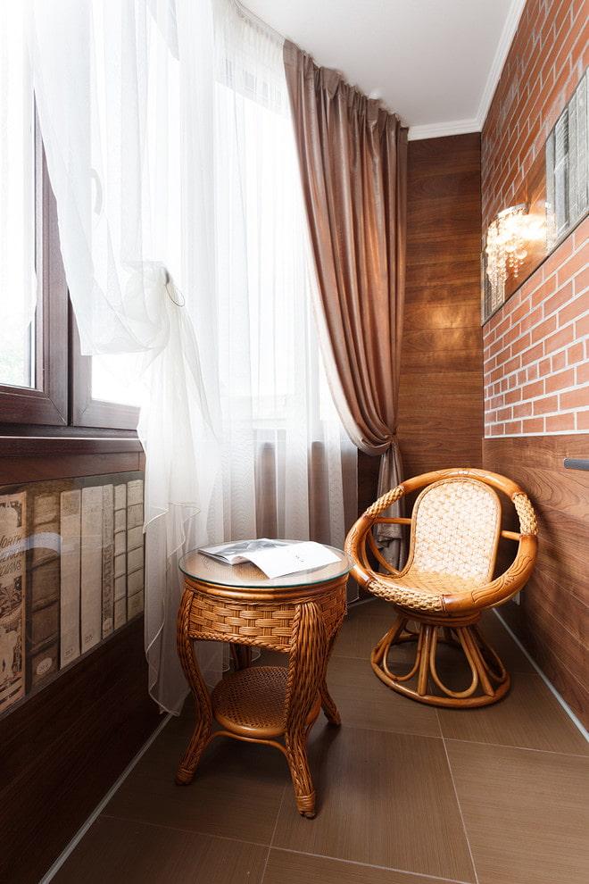 Шикарные шторы на балконе с плетенной мебелью