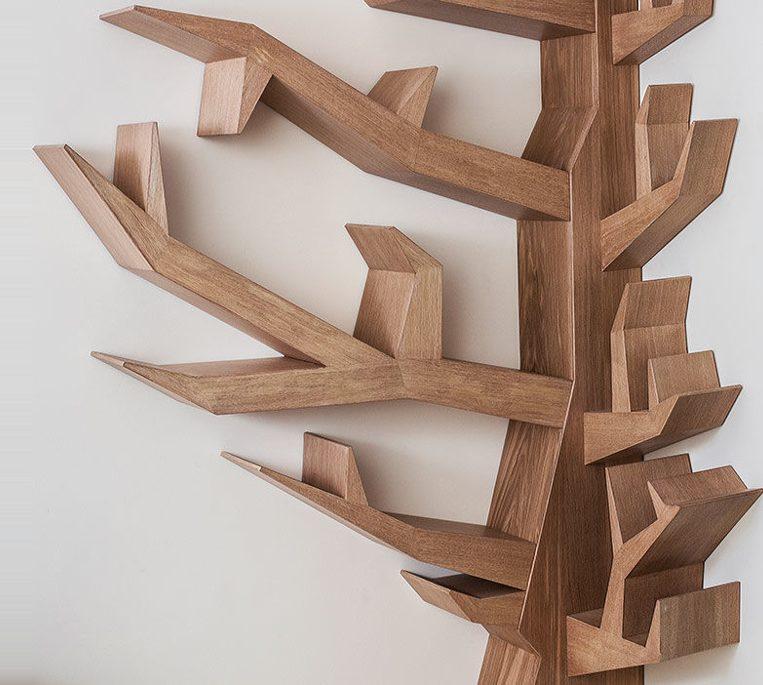 Угловая полка в виде дерева в гостиную комнату
