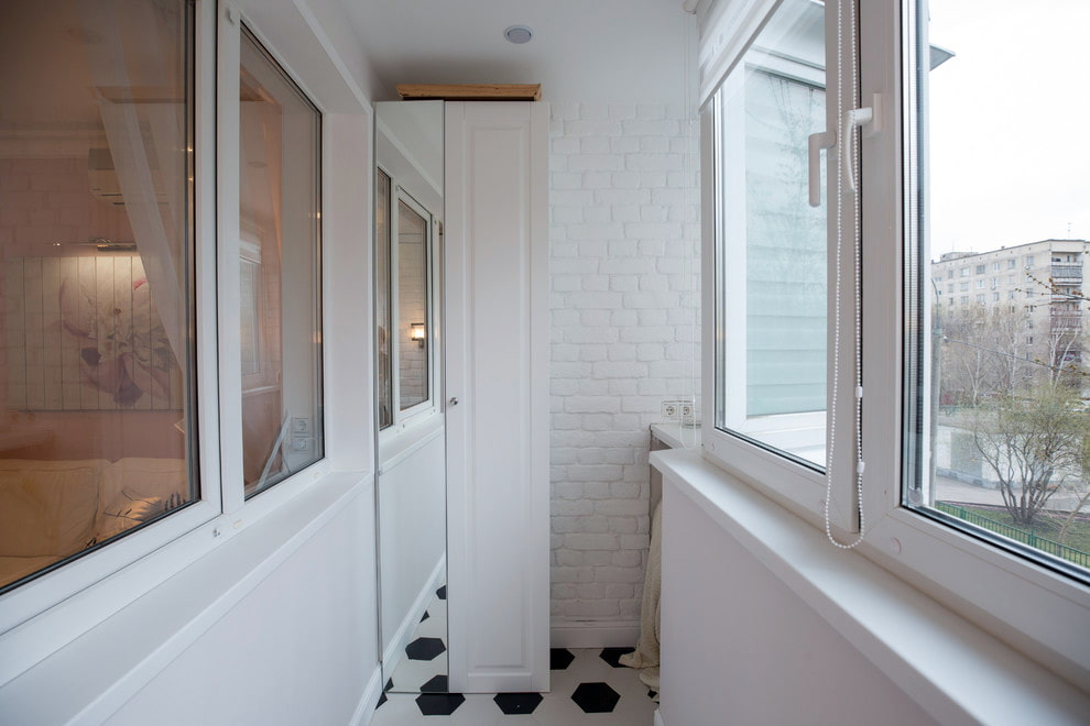 Зеркальная дверка на балконном шкафу