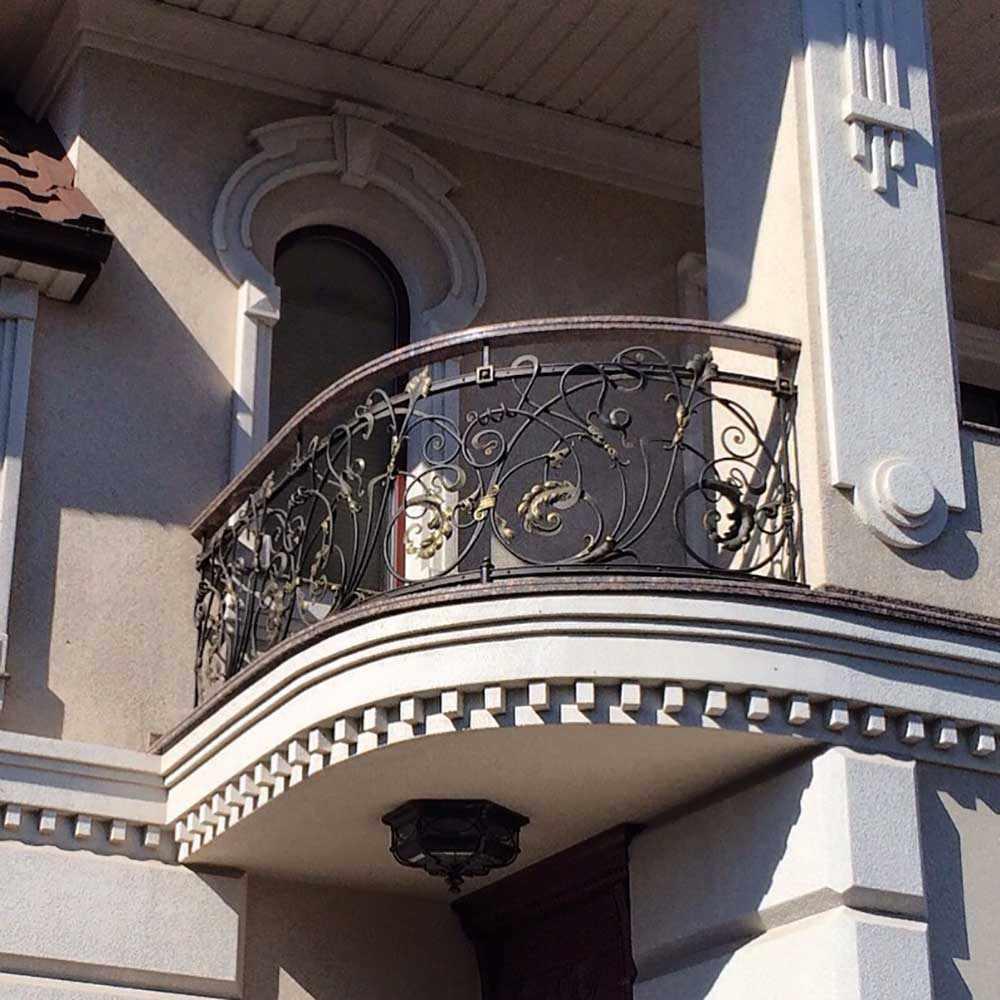 Угловой балкончик с кованными перилами