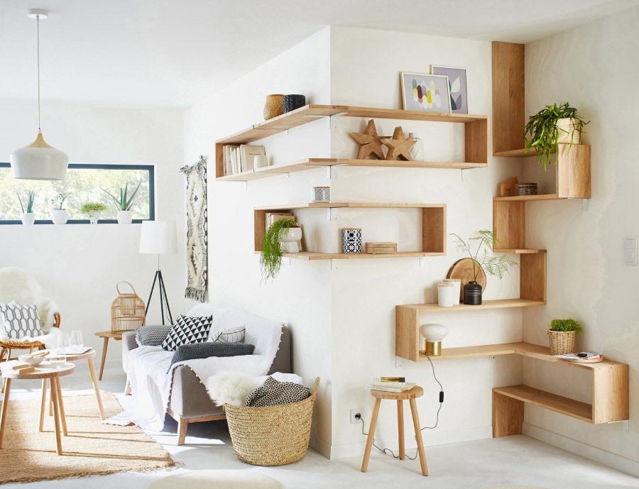 Оформление углов гостиной с помощью открытых полок