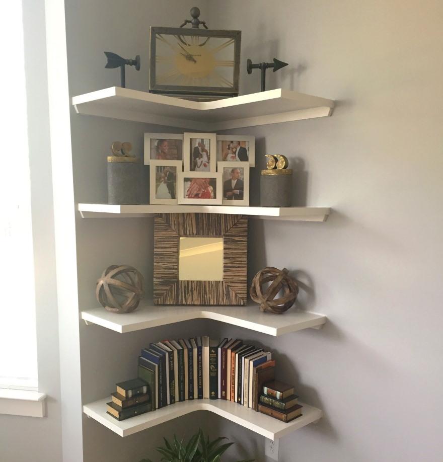 Простые угловые полочки для декораций в гостиной
