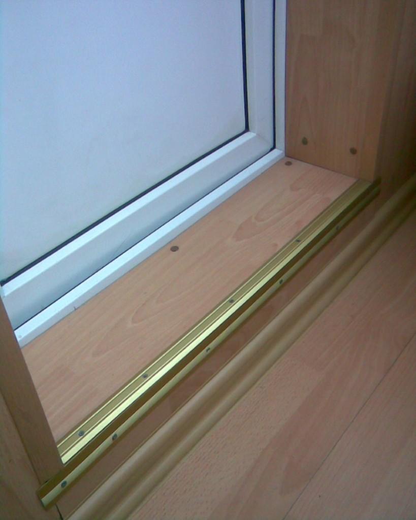Алюминиевый уголок на ступеньке балконного порога