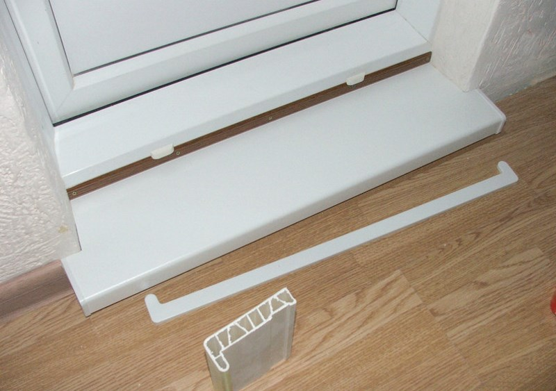 Монтаж пластикового порога перед балконной дверью