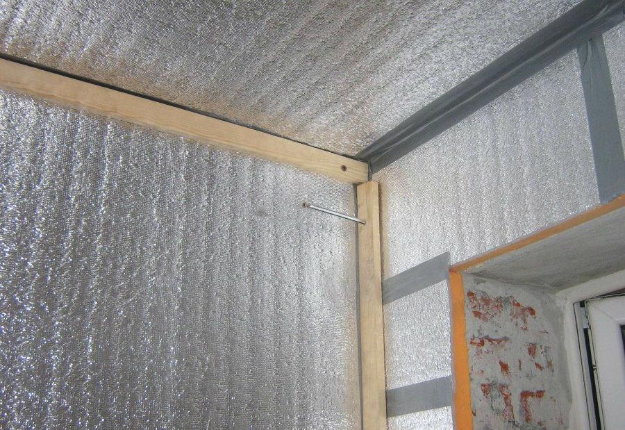 Фольгированный изолон на потолке лоджии