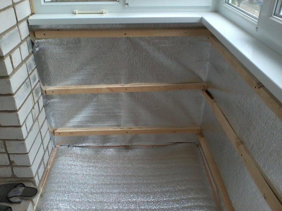 Укладка пенофола под обрешетку на балконе