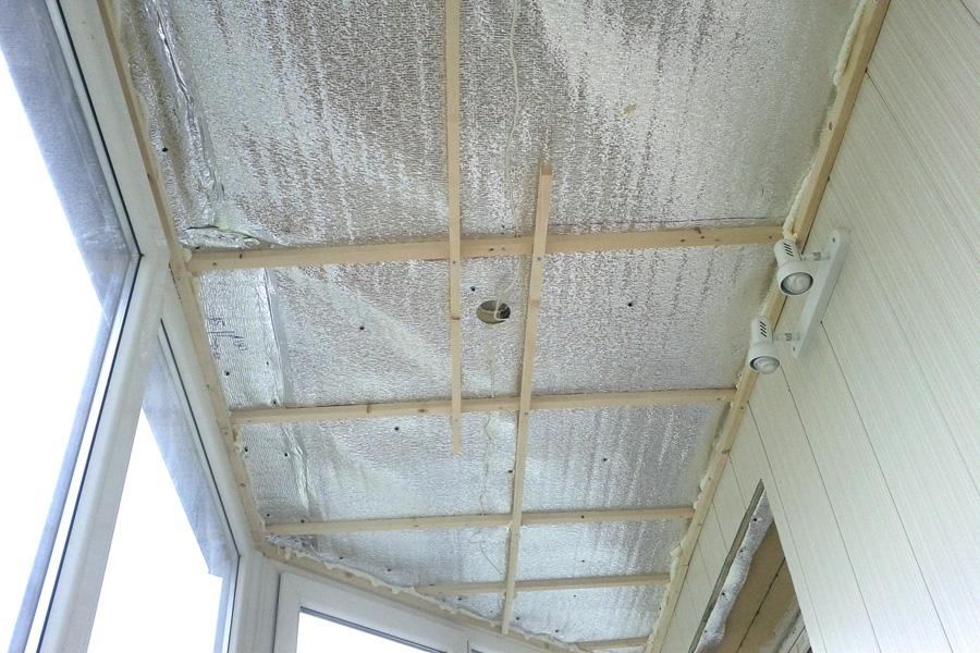 Монтаж деревянной обрешетки на потолке балкона