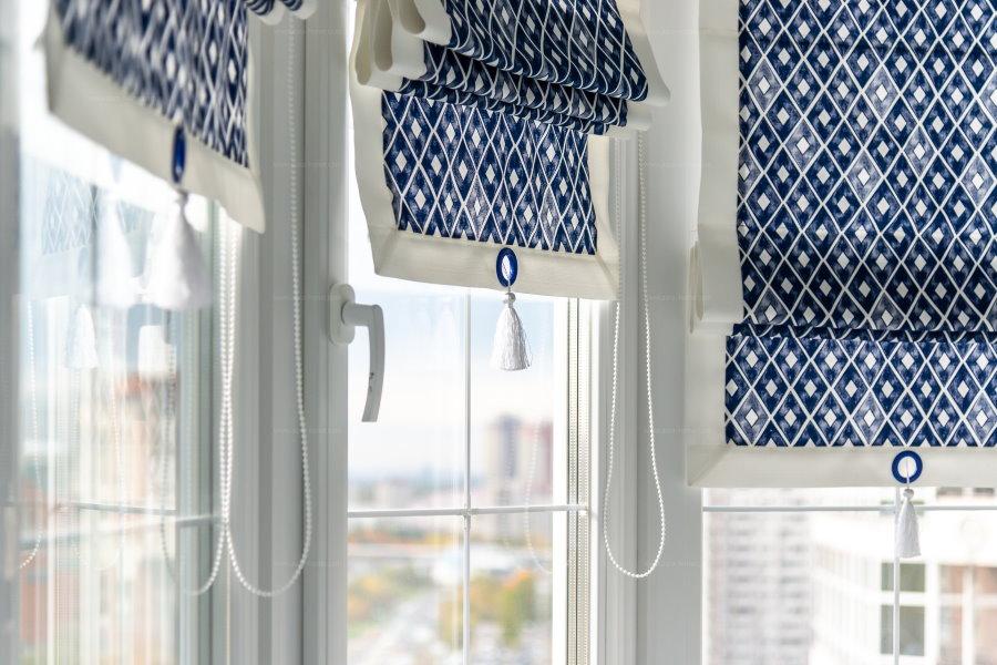 Балконные шторы с ярким принтом на полотнах