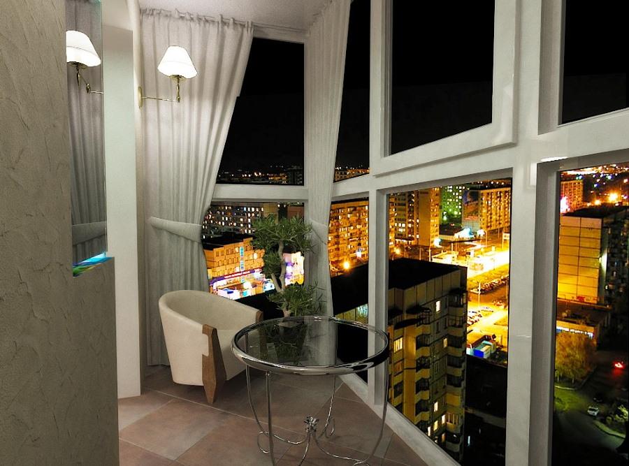 Роскошный вид на ночной город с панорамного балкона