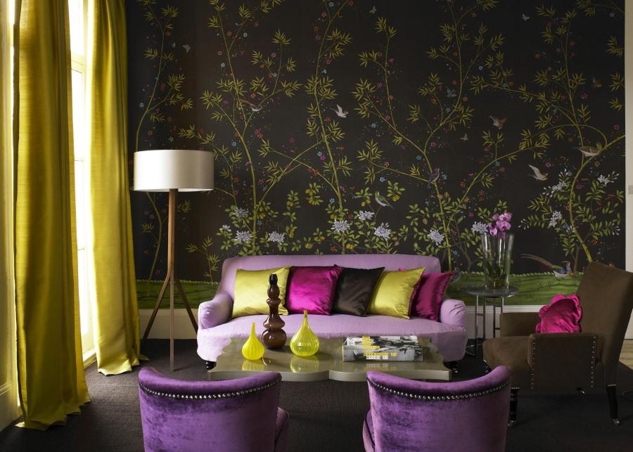 Светло-фиолетовый диван перед стеной с виниловыми обоями