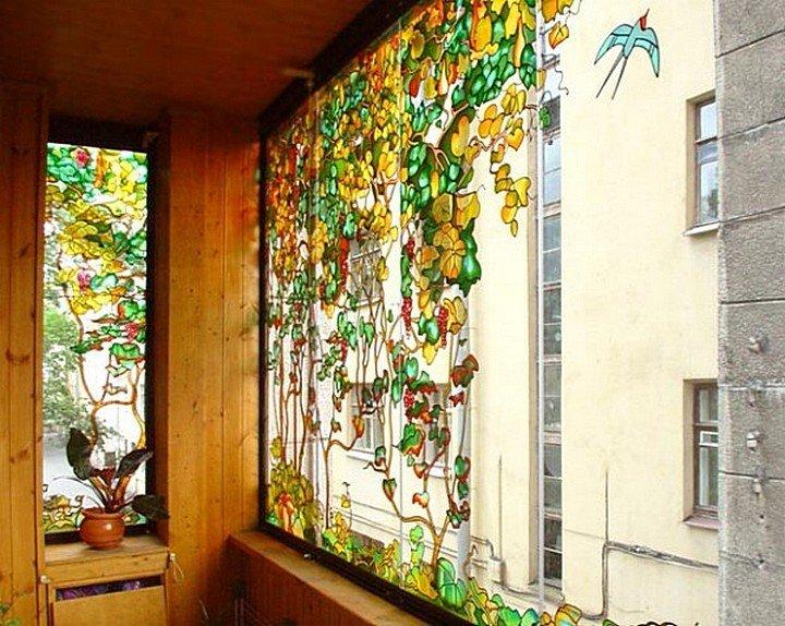 Красивые витражи на балконных окнах