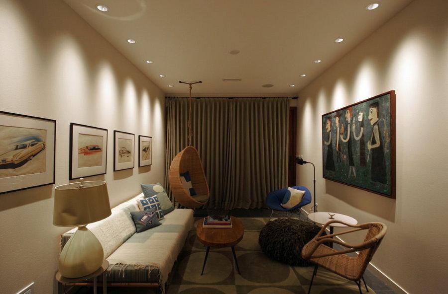 Точечные светильники на потолке небольшой квартиры