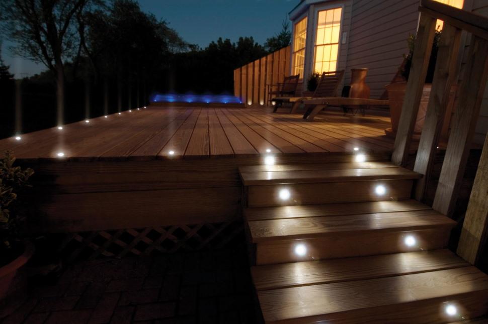 Встраиваемые светильники в деревянных степенях террасы