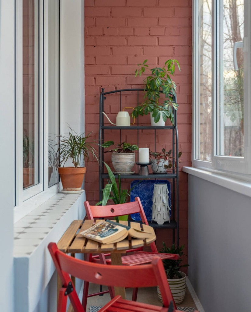 Пластиковый стеллаж для мелочевки на балконе