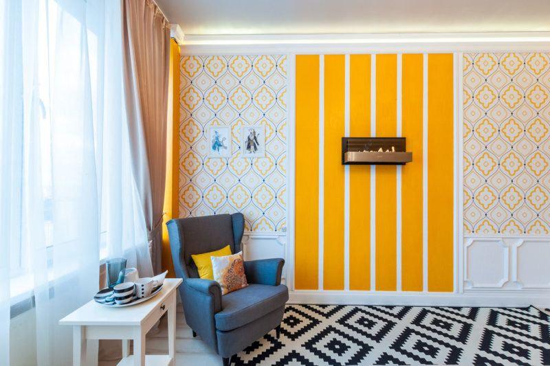 Яркие обои-компаньоны в светлой гостиной комнате
