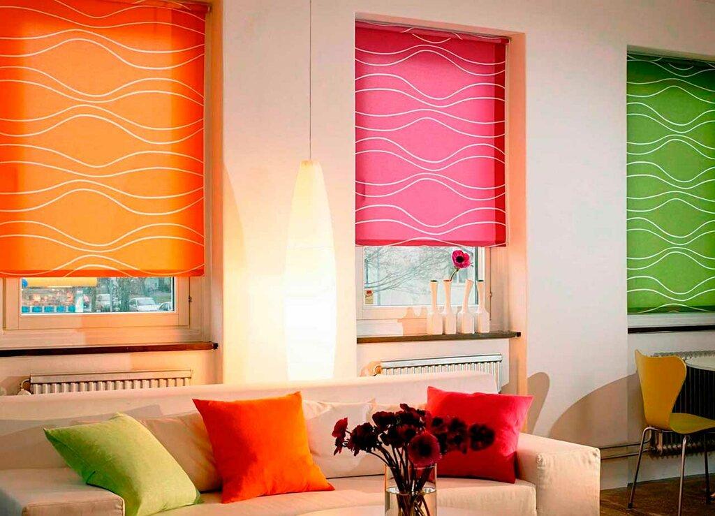 Оформление окон в гостиной рулонными шторами