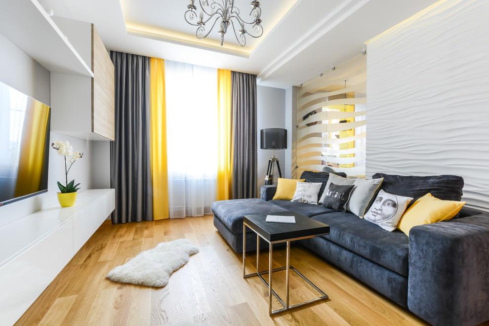 Двойные шторы в гостиной с темным диваном