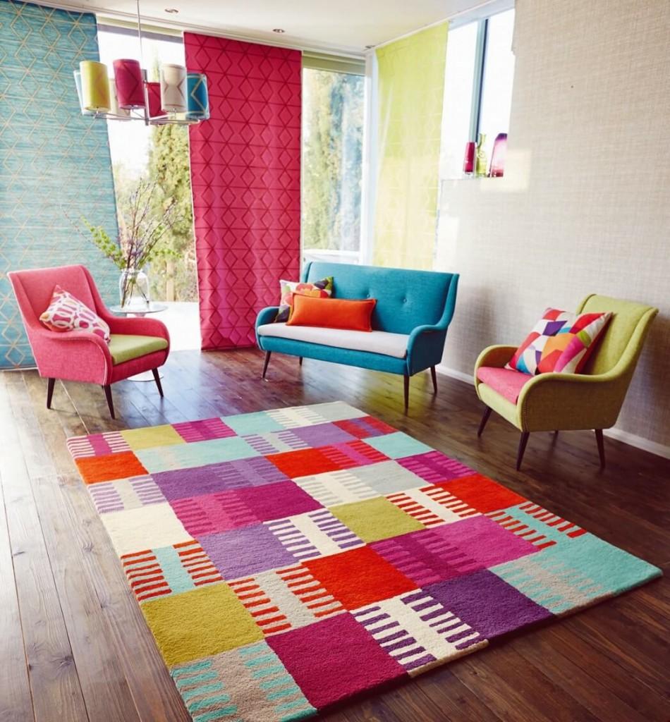 Яркий ковер в гостиной комнате модного дизайна