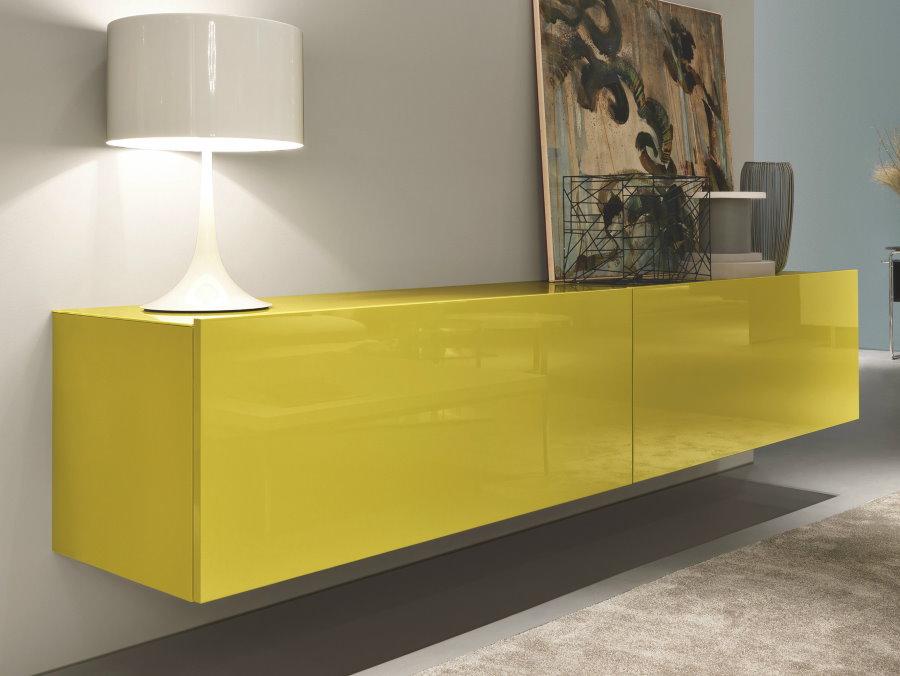 Яркий навесной шкаф в дизайне гостиной комнаты