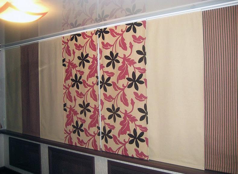 Декор раздвижного окна лоджии японскими шторами
