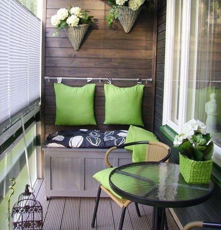 Зеленые подушки над скамьей на лоджии