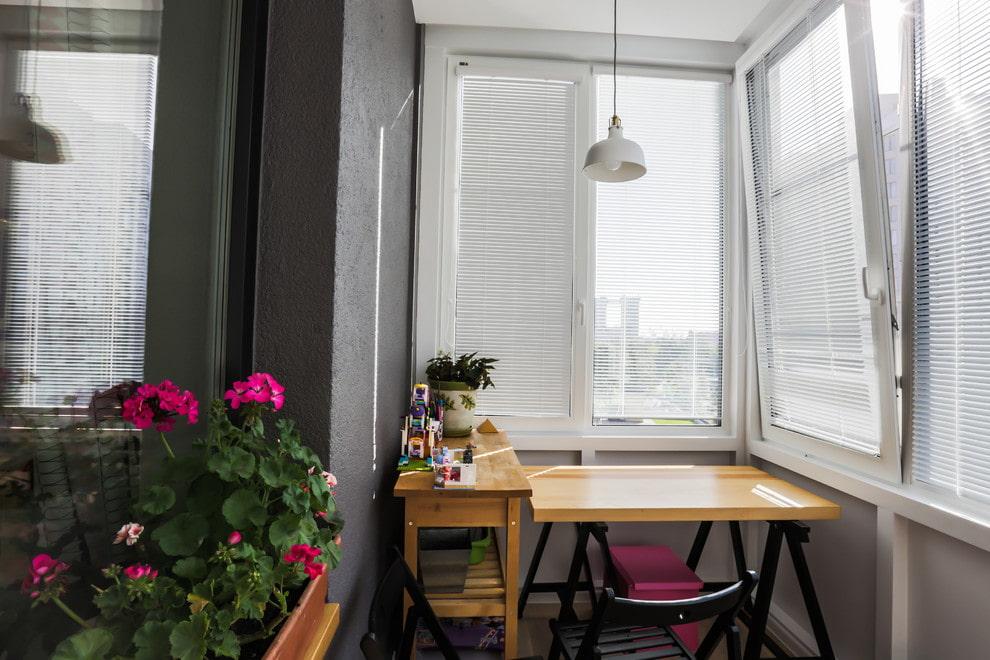 Белые жалюзи на утепленном балконе