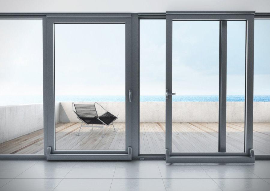 Серые раздвижные двери из алюминия на балконе