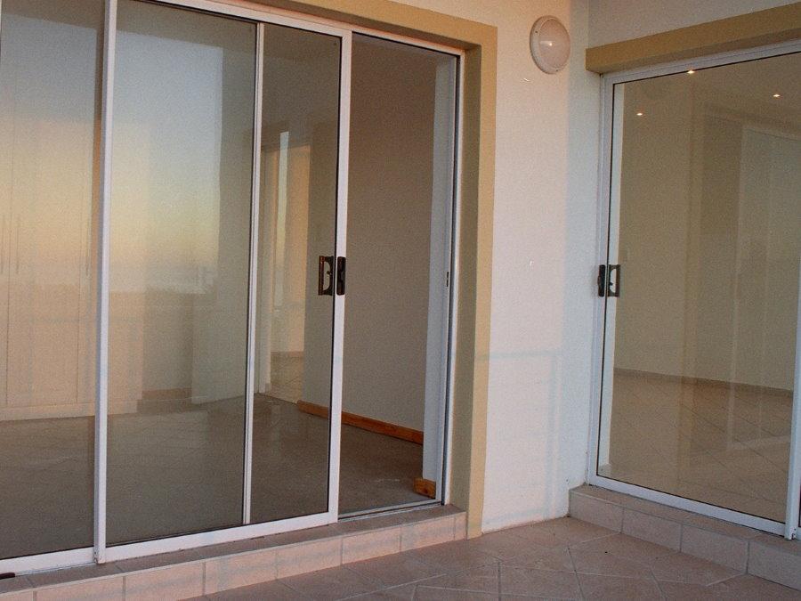 Прозрачные двери из окрашенного алюминия на лоджии
