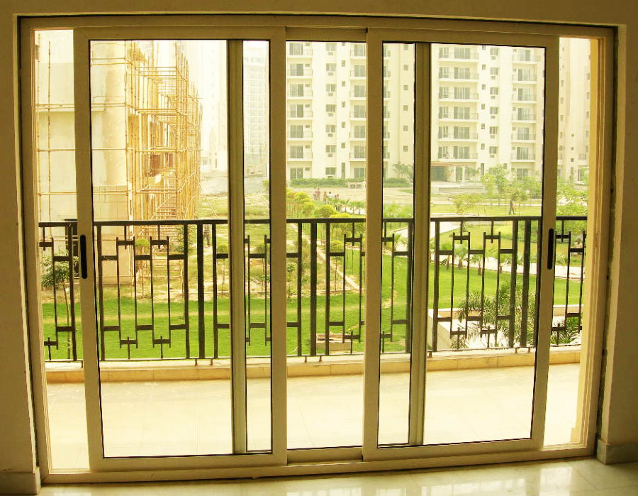 Вид на балкон сквозь раздвижные двери