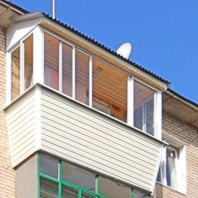 Балкон верхнего этажа с крышей из профлиста