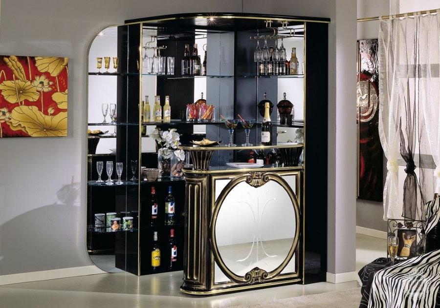 Угловой бар с зеркалами в гостиной эклектичного стиля