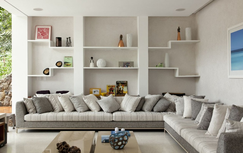 Встроенные белые полки на стене за диваном