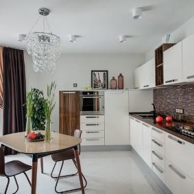 Просторная кухня с белым потолком