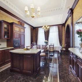 Уютная кухня с коричневой мебелью