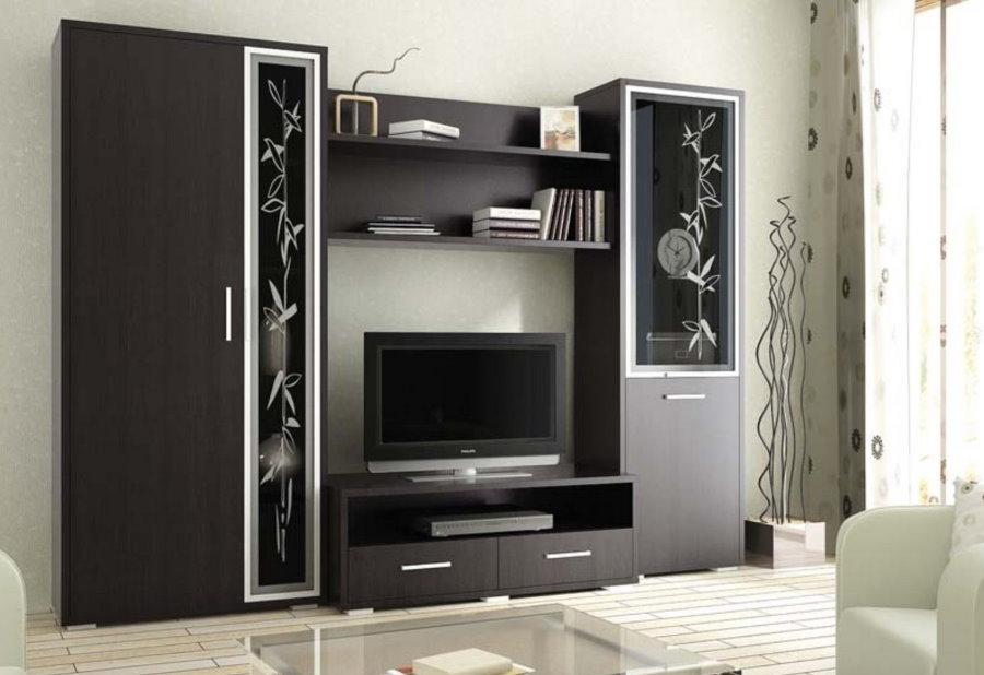 Черный шкаф-стенка в гостиной комнате