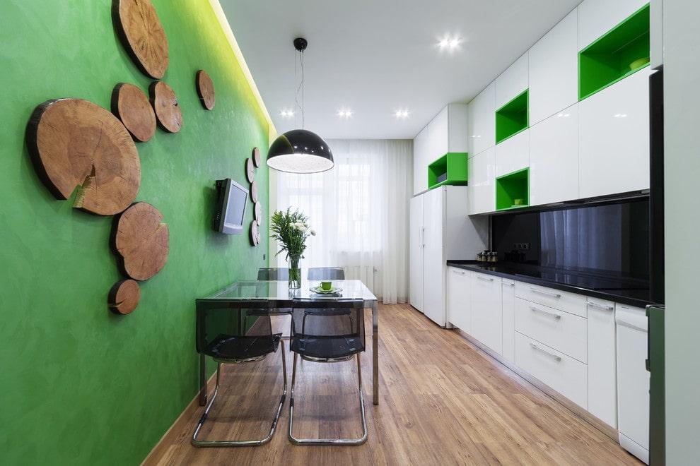 Декор спилами зеленой стены на кухне