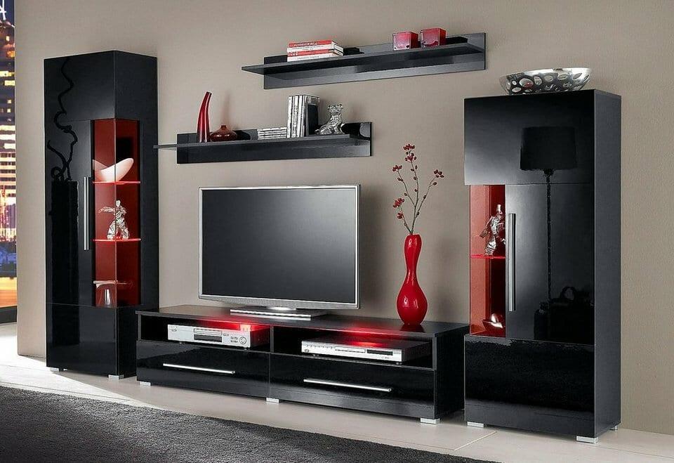 Декоративные вазы на полках мебельной стенки